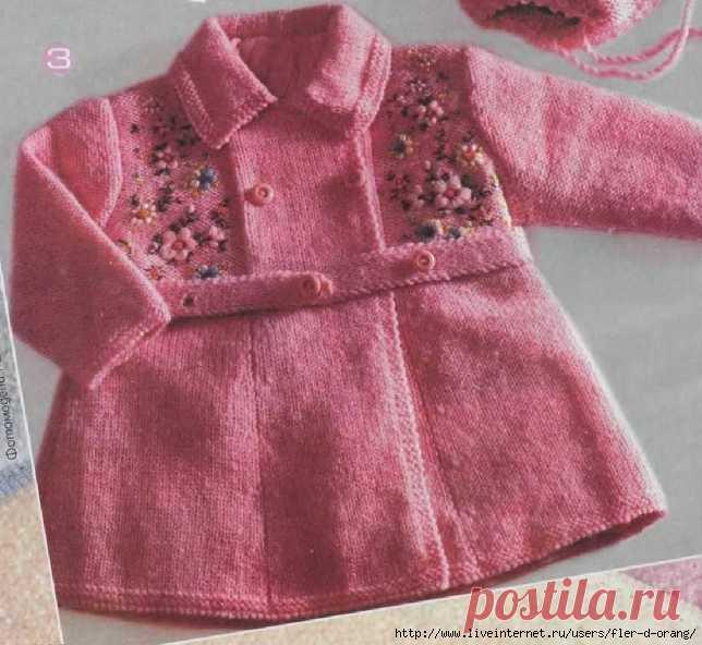 El abrigo rosado tejido por los rayos para la muchacha. Con la descripción y el esquema
