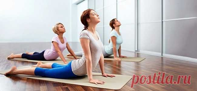 Тянемся и худеем! 5 упражнений для сжигания жира в области живота. - Женский Журнал Сегоднямыпокажем тебе, какие упражнения, а точнеерастягивающие асаны йоги, эффективно борются с жировыми отложениями в области живота. Если ты еще не знаком с йогой, не переживай. Выполняй эти упражнения плавно и не забывай о спокойном, глубоком дыхании. Уже через неделюежедневной практикиты заметишь приятные изменения в фигуре! Поза кобры (Бхуджангасана) Ляг на живот, напряги колени и держи …