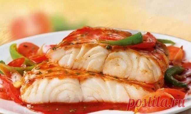 Рыба по французски в духовке Рыба по французски, запеченная в духовке — достаточно простое, но весьма изысканное блюдо, которое делается с минимальными затратами. Калорийность блюда зависит от его ингредиентов. Чаще всего основным компонентом выступает минтай, судак, хек, горбуша, форель, треска или семга...