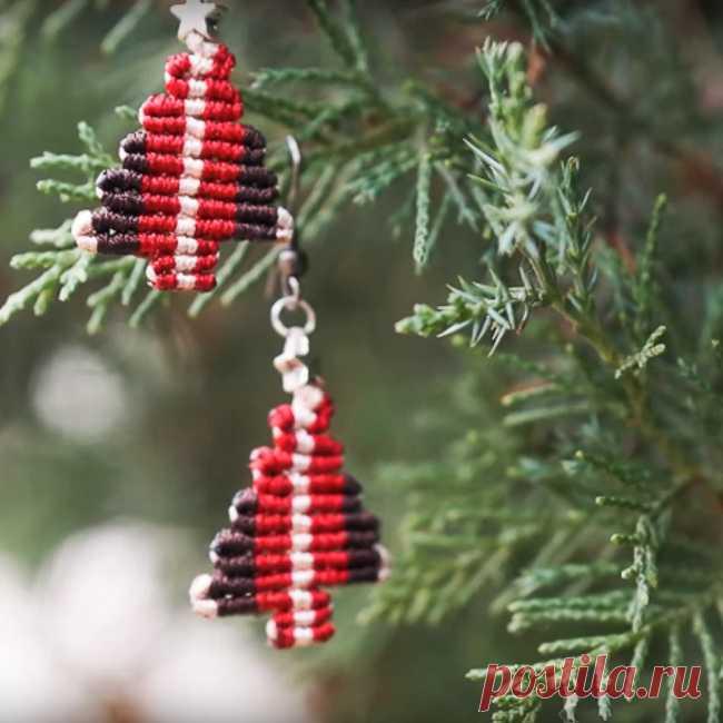 Как сделать ёлочку в технике макраме Ёлочки в технике макраме - прекрасный вариант для создания новогоднего декора. Хотите ли вы украсить дом или себя любимую - плетёные ёлочки вам помогут.  Всё дело лишь в размере: из тоненького шнура можно выполнить серёжки для новогодней ночи, а из толстой бельевой верёвки смастерить импровизированную ёлку в альтернативу привычному деревцу.