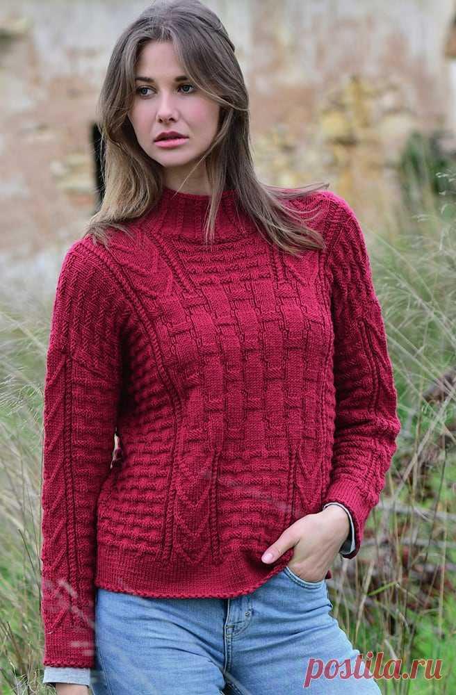 Эффектный бордовый пуловер сочетанием узоров спицами