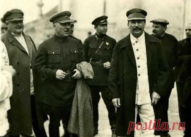 Yósif Stalin era el recordista por la cantidad hecho en el líder del estado de los atentados. Se sabe aproximadamente 11 casos de los atentados al jefe. Unos de ellos han pasado en realidad, otros se han quedado sólo en los planes, a la cuenta tercero la guardia y el ambiente de Stalin tenía solamente unas sospechas.