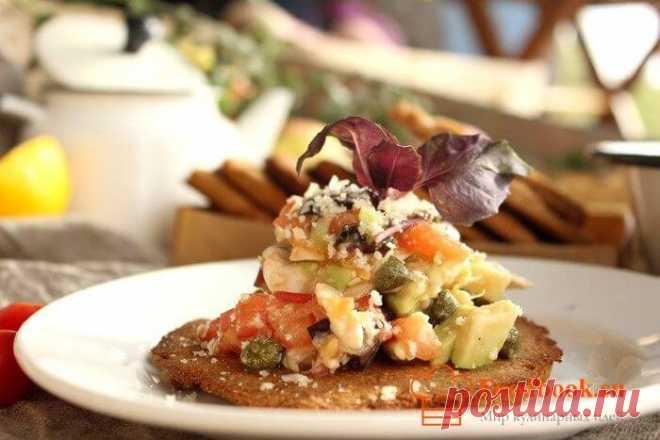 Вкусный салат пошаговый рецепт с фото | Foodbook.su Яркий вкус обеспечен, если в салат добавить немного чесночного масла. На скорую руку и к любому столу, вот девиз этого простого рецепта.