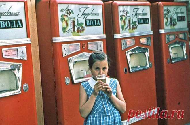Как в автоматах продавали газировку, а еще спички, карандаши, бутерброды, пиво, сок, вино, подсолнечное масло, сосиски, молоко, кофе, мороженое, хлеб, тетради и даже тройной одеколон