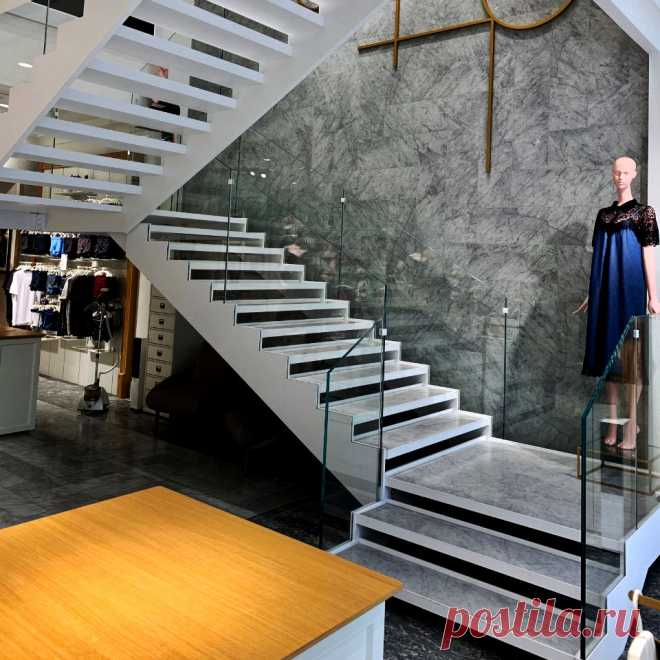 Лестница на тетивах и ограждения из стекла
