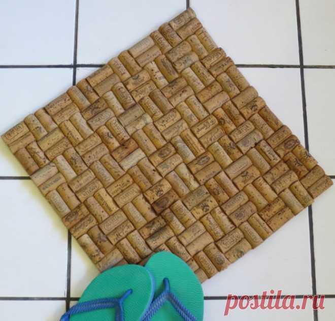 Как сделать коврик из пробок от бутылок? Сделать коврик из пробок от бутылок очень просто, для этого не потребуются дорогостоящие материалы или специальные умения.