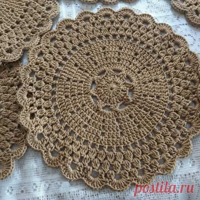 Bom dia #sousplatdecroche   Crochet doily patterns, Crochet placemats, Crochet motif patterns