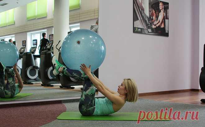 6 упражнений с фитболом, которые помогут легко привести тело в порядок   Всегда в форме!