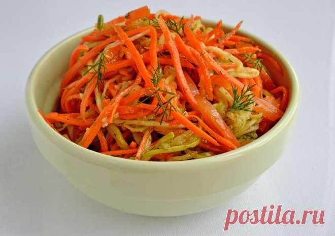 Кабачки с морковью по-корейски Любителям корейских салатиков предлагаю рецепт кабачков с морковью по-корейски. Кабачки маринуются вместе с морковью и болгарским перцем.