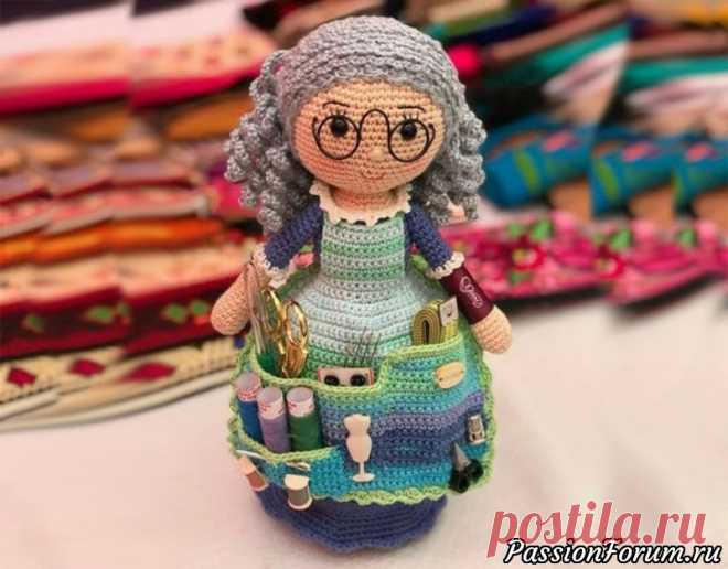 Кукла помощница крючком — мастер-класс   Вязаные игрушки. Мастер-классы, схемы, описание. Кукла помощница связанная крючком, другое название — бабушка рукодельница — это органайзер для всех, кто занимается творчеством, станет отличным подарком для рукодельницы. Кукла может хранить все необходимые для рукоделия инструменты. Голова помощницы выступает в роли...