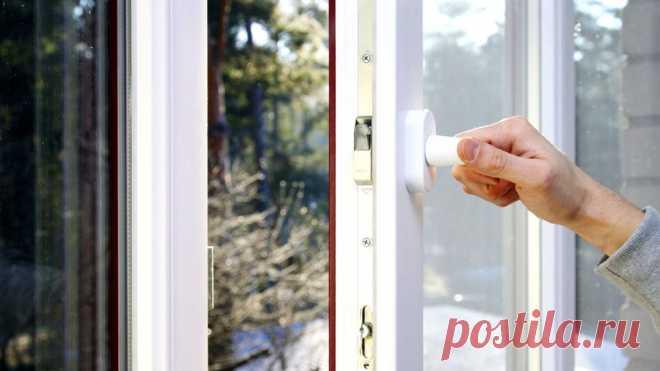 Как перевести окна в зимний режим: видео и фото инструкции, советы Пластиковые окна спасают от уличного шума, обеспечивают комфортную температуру воздуха квартиры, частного дома. Однако после установки они требуют периодического обслуживания. Настройка запорных механизмов нужна каждое межсезонье – только тогда стеклопакеты будут выполнять поставленную перед ними задачу. Сегодняшняястатья расскажет, как перевести окна в зимний режим, для чего это нужно, когда выполняются п...