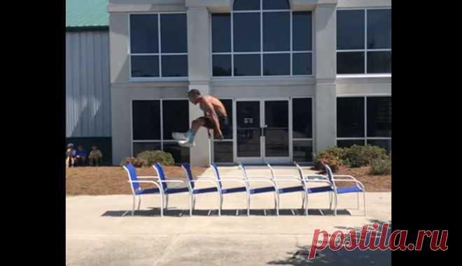 Мужчина прыгнул через восемь стульев #Видео