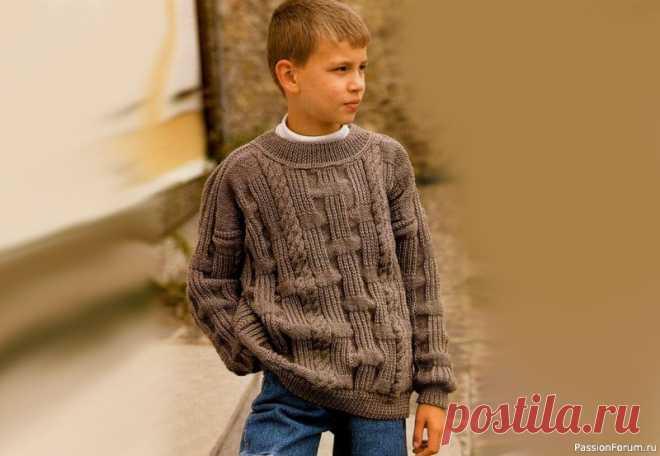 Коричневый джемпер для мальчика 8 лет. Описание | Вязание спицами для детей Вам потребуется: 500 г пряжи коричневого цвета (100% акрил; 125 м/50 г);спицы № 3 и 3,5; круговые спицы № 2,5.Плотность вязания: 19 п. х 27 р. = 10 х 10 см.ПЕРЕДНа спицы № 3 набрать 102 п. и вязать 5 см резинкой 1 х 1.В последнем ряду резинки равномерно прибавить 29 п.Затем вязать на...