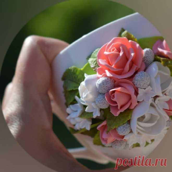 Немного процесс, готовлю еще один подарок от дочки для мамы)) Как оказалось, из полимерки для меня пока сложнее делать цветы, чем из мастики😳 #кружканазаказ #сладкиеложки #вкусныеложки #ложкасдекором #ложка #кружкасдекором #кружка #цветыизполимернойглины