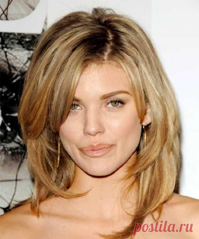 Aquí el mismo peinado, que se acerca a cada mujer