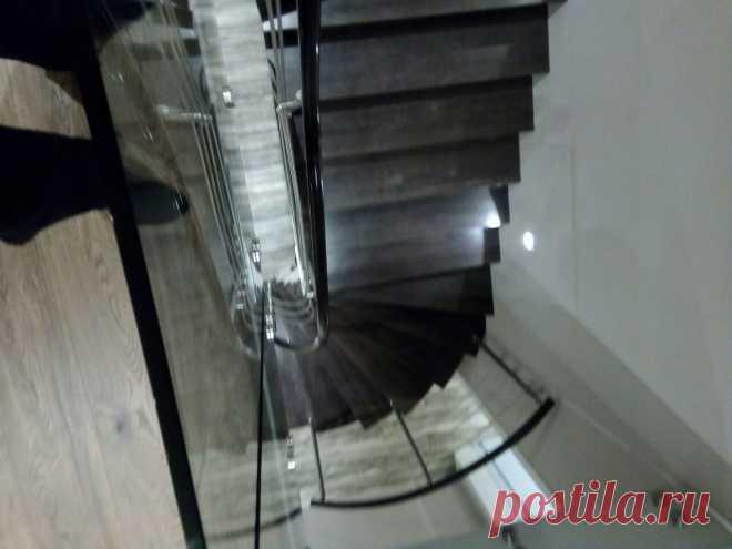 Лестница отделанная деревом с нержавеющим ограждением