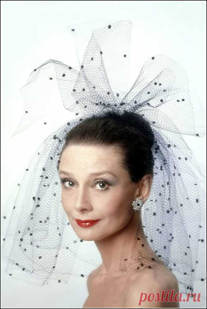 Аudrey Hepburn photographed by Sergio Strizzi at Maison Givenchy for the publicity of her movie