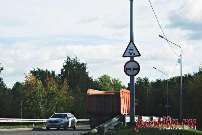 Почему водители автофургонов включают указатели поворотов, но едут прямо? Подсказки, о которых следует помнить У водителей большегрузов и автофур имеется свой специальный язык общения при помощи соответствующих сигналов, которыми можно доносить информацию до других