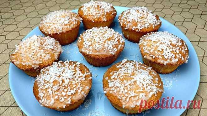 Капкейки с кокосовой глазурью Ингредиенты:  4 яичных белка,1 столовая ложка лимонного сока,100 гр. сахара,50 гр. муки,4 столовые ложки кокосового молока,80 гр. сахарной пудры,40 гр кокосовой стружки.Охлажденные яичные белки взбить с лимонным соком до мягкой пены. Добавить сахар и взбивать до глянцевого...
