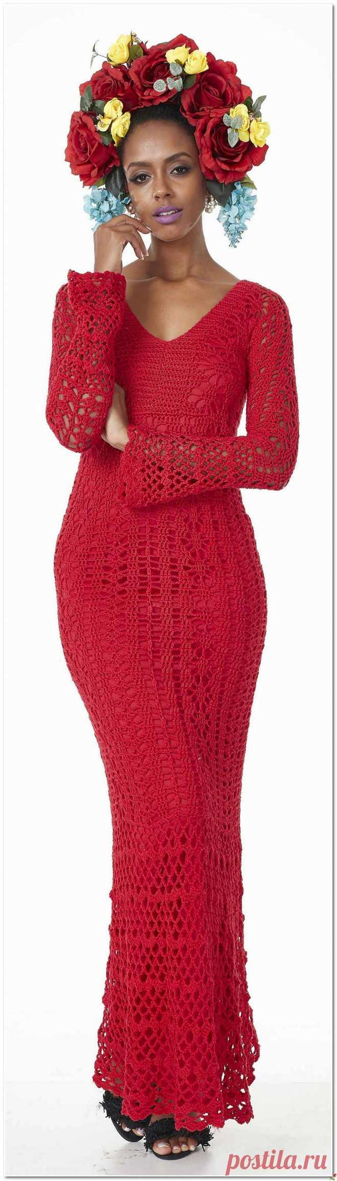 Красное платье в пол с длинным рукавом.