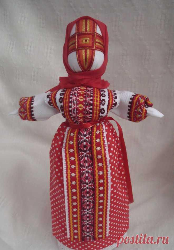 Кукла-мотанка, сделанная своими руками, несет в себе большой заряд обережной энергии. Основной магический потенциал содержится в лице куклы. Крест служит преградой любому злу.