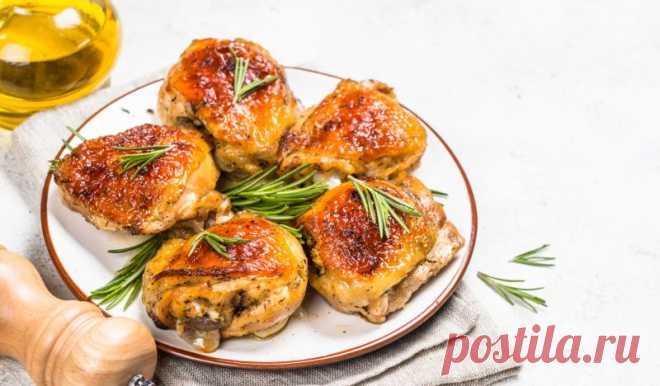 Куриные бёдра, запечённые в духовке с луком и вином - Лайфхакер