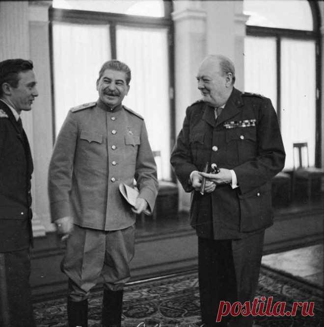 Сталин смеётся над шуткой Черчилля, только что озвученной его переводчиком. На самом деле шутка в том, что Сталин прекрасно понимал и говорил по-английски, но не подавал виду. Так у него всегда было преимущество перед Черчиллем и Рузвельтом