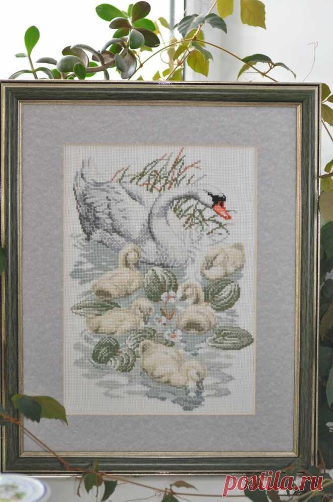 Вышивка Лебеди на пруду - хороший знак.