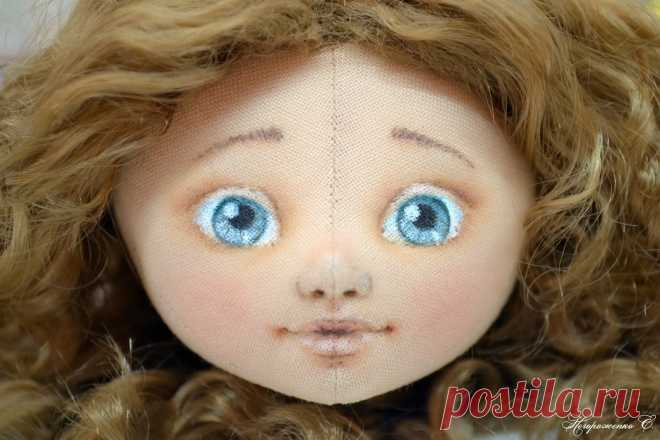 Кукла с нарисованным лицом