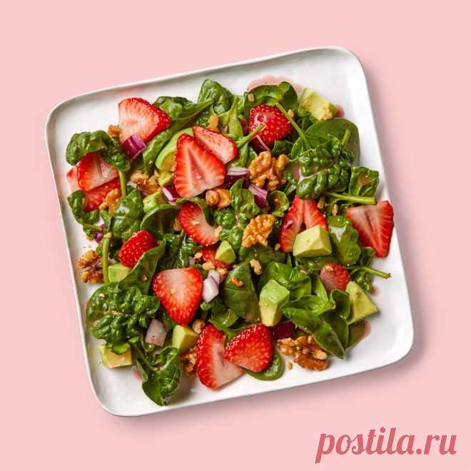 Салат со шпинатом, клубникой и грецким орехом