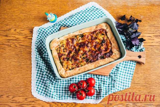 El pastel abierto con las patatas, la verdura y el queso