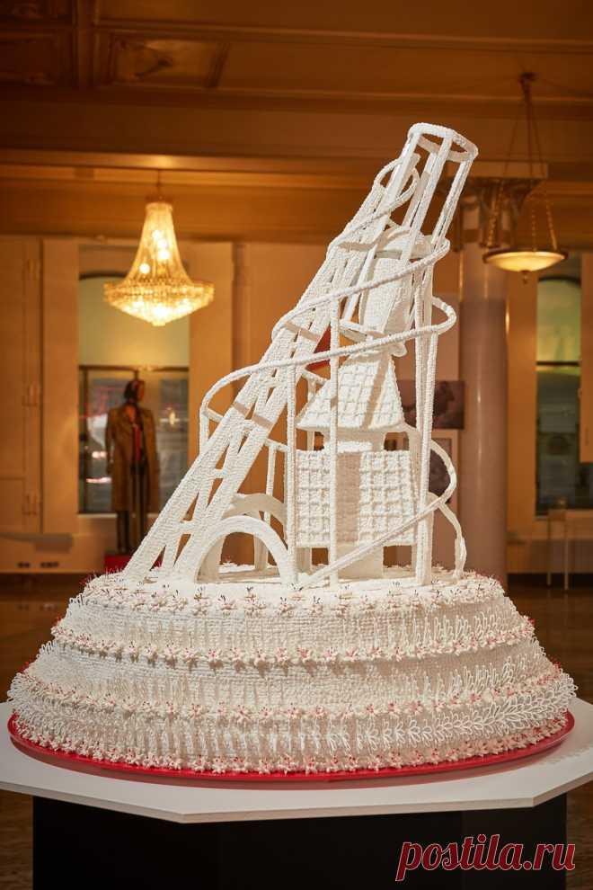 Впервые за 100 лет Мастер-Кондитер Алдис Бричевс воплотил и создал торт «башня Татлина» по фотографиям 1919 года. Диаметр торта составил 120 см., а высота 150 см. На изготовление уникального кондитерского шедевра потребовалось : 10 кг. мелкого сахара,  35 кг. сахарной пудры,  3 кг. сахарного сиропа,  2л. водки,   3 кг. крахмала. Торт  украшен 350 цветами из сахарного фарфора  и  350 фрагментами сахарных кружев.