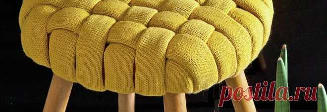 Дизайнерский табурет из старого джемпера Пересматривая гардероб, не спешите избавляться от вышедших из моды или надоевших трикотажных вещей. Использовать их можно самым неожиданн..