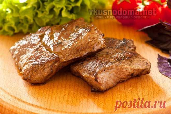 Сочный бифштекс из говядины в соусе     Ингредиенты: Говядина — 800 гр Масло сливочное — 1 ст.л. Масло оливковое — 1 ч.л. Перец черный молотый Соль Ингредиенты для соуса: Вино красное — 2/3 стакана Бульон куриный — 1/3 стакана Масло сли…