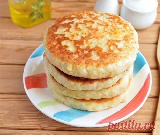 Вкусный завтрак для всей семьи: сырные лепешки с начинкой    Любимое блюдо моей семьи!          Ингредиенты: Кефир — 1 стаканТертый сыр (в тесто) — 1 стаканТертый сыр (в начинку) — 40 гМука (в тесто) — 2 стак.Мука (для работы с тестом) — 1 стак.Соль — 0,5 ч.…