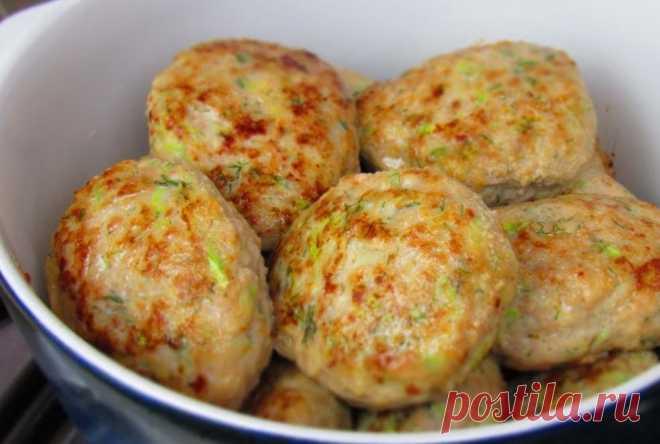 Кабачок – это универсальный овощ, который прекрасно сочетается с разными продуктами, в том числе, и с куриным мясом. Для приготовления вам потребуются такие ингредиенты: — филе куриное, 1 кг; — кабачки, 1 шт; — чеснок, несколько зубчиков; — соль, перец, специи, зелень; -яйцо, 1 шт. Процесс приготовления Кабачок трем на крупной терке, сливаем жидкость. Если […]