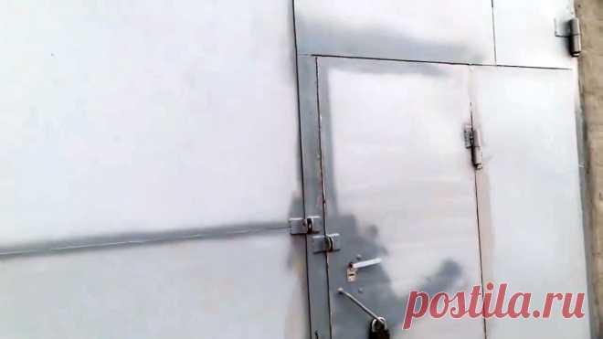 Теперь в гараже будет тепло: Копеечный способ герметизировать щели в гаражных воротах В неровно сваренных гаражных воротах щели между створками и коробкой могут сильно отличаться, поэтому закрыть их уплотнительной резинкой невозможно. В таком случае заделать зазоры можно монтажной пеной. Способ работает со щелями любых размеров, хоть в ладонь шириной. Хотя пена и разрушается под