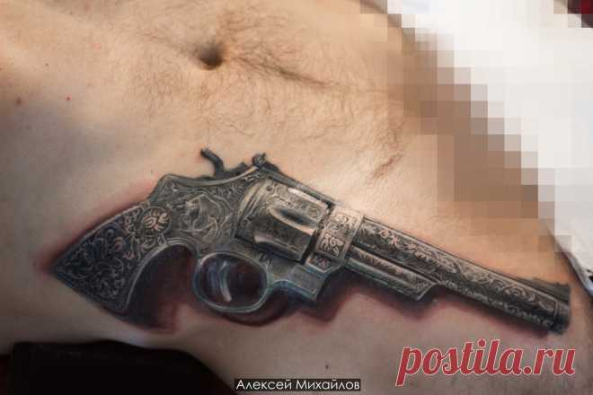 Револьвер тату на животе в стиле реализм