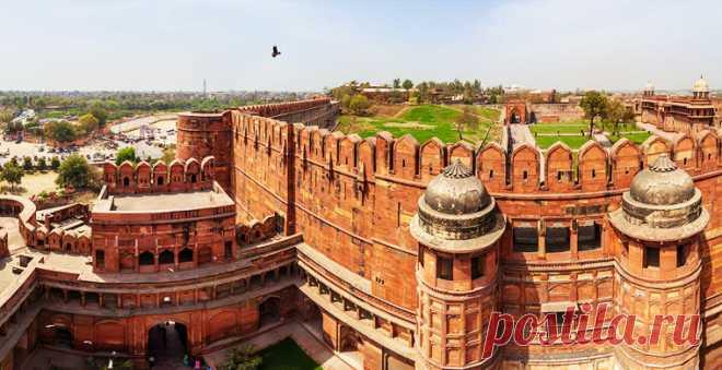 Крепость внесена в список ЮНЕСКО, но для туристов открыта не целиком: часть ее территории используется в военных целях. Побывать в культурной сокровищнице Великих Моголов можно с помощью аэропанорам