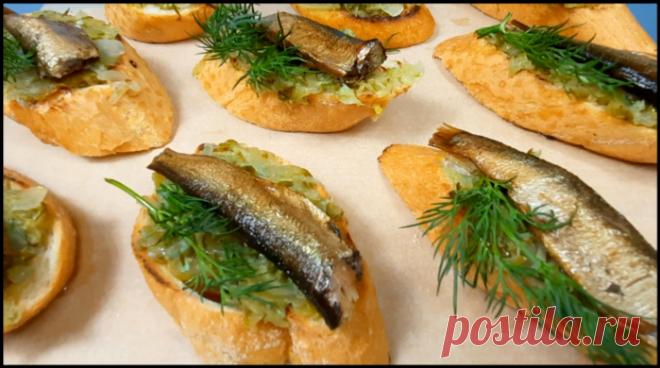 Соленые огурцы натираю на терке, добавляю шпроты и готовлю новые вкусные бутерброды