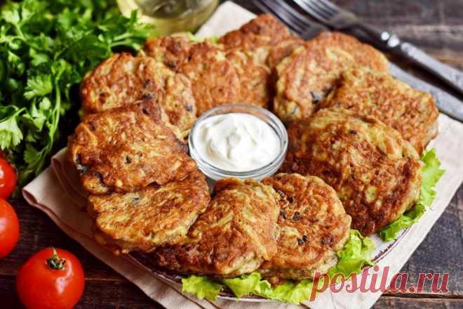 Драники с печенью Готовим драники по-крестьянски. В качестве начинки используем куриную печень, также можно взять грибы или другие компоненты по вкусу. Драники по данному рецепту получаются пышными и мягкими. Блюдо готовится очень быстро, отлично подойдет для сытного и полезного завтрака. Подаются драники в горячем виде, обязательно со сметаной.