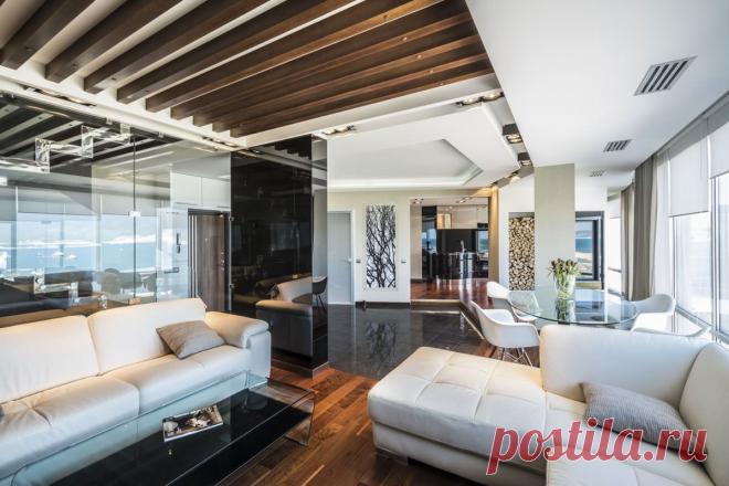 Длинные лоджии лишали эту двухуровневую квартиру вида на живописную бухту. Дизайнер изменила планировку так, чтобы сохранить зонирование помещений, но при этом создать открытое пространство с панорамными видами из окон.