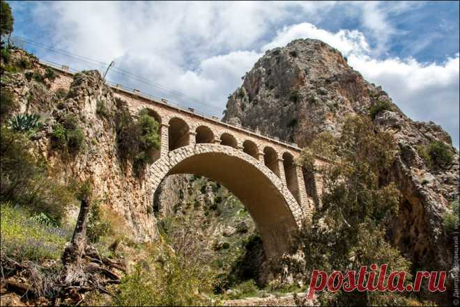«По пути к Королевской Тропе(туристический маршрут Испании) можно увидеть красивый железнодорожный мост.» — карточка пользователя tania.g2018 в Яндекс.Коллекциях