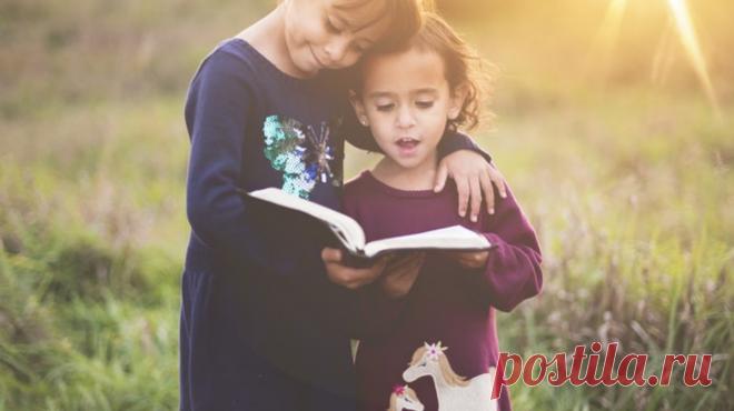 Воспитание детей похоже на извилистый путь: с него легко сбиться и сложно вернуться обратно. Книги, советы психологов помогают родителям воспитывать детей осознанно, не забывать о важном, находить в себе силы и терпение. Выбрали 16 цитат, которые заставят задуматься и переосмыслить роль родителя.