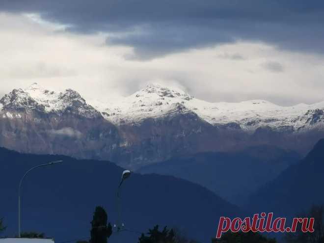 А у нас в Абхазии первый снег в горах? У вас уже выпал снег? Если да ставьте лайк | Тур в Мир | Яндекс Дзен