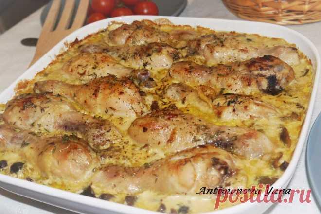 La gallina admirable en la salsa de mostaza con las setas