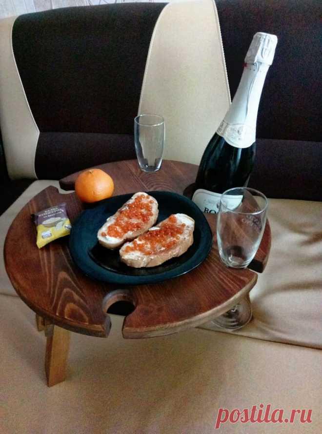 💪Почему наши столики такие удобные? В каждом столике имеется прорезь под бутылку и 4 отверстия под бокалы, с помощью которых бутылка и бокалы крепко держаться и никуда не упадут) 🍷ножки устроены таким образом, чтобы столик был устойчивым даже на мягкой поверхности, например, кровати, и ничего не пролилось 😉 ножки складываются, поэтому столик легко можно взять с собой куда душе угодно 😊 #винныйблог #виннаяполка #винныйстолик #столикдляпикника #столикдлявина #складнойстолик