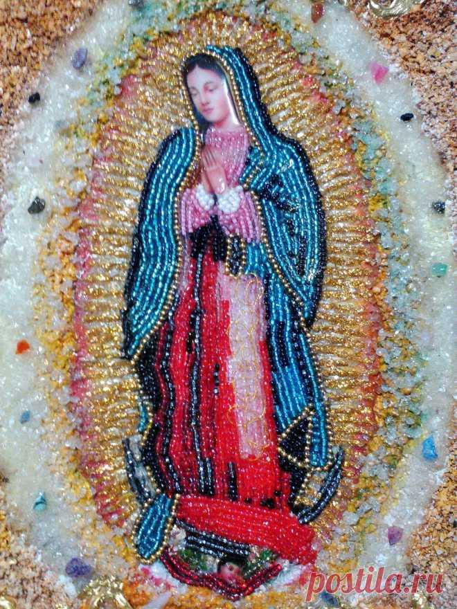 VIRGEN DE GUADALUPE Imagen decorada con chaquiras, cristales y fragmentos de piedra. Adicional tiene incrustaciones de piedras