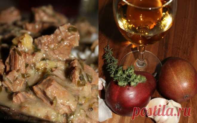 Говядина тушеная в вине с грушами, тимьяном, чесноком и лимонной цедрой