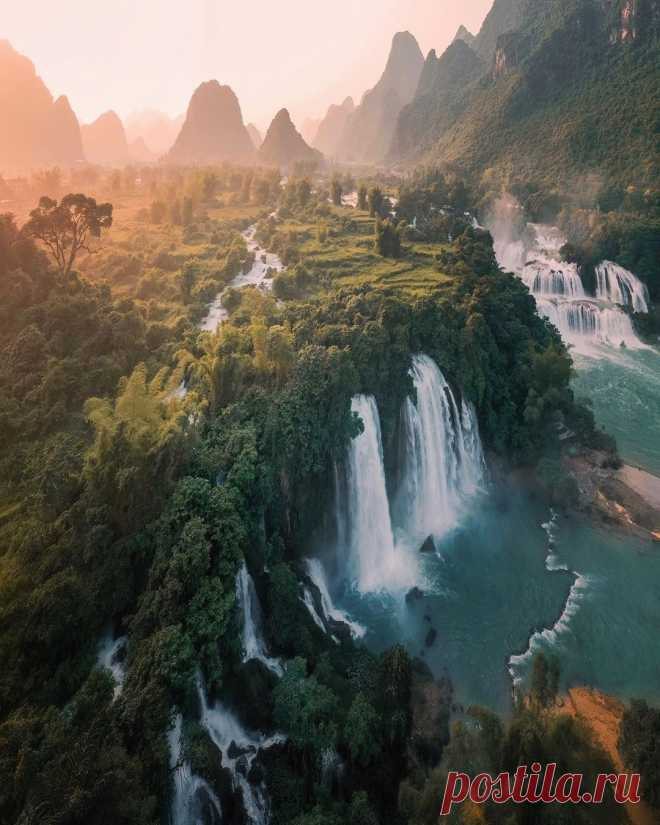 Pangeen These stunning waterfalls 💧 form a natural border between China and Vietnam. In certain areas, tourists can even raft by Rod Ruales